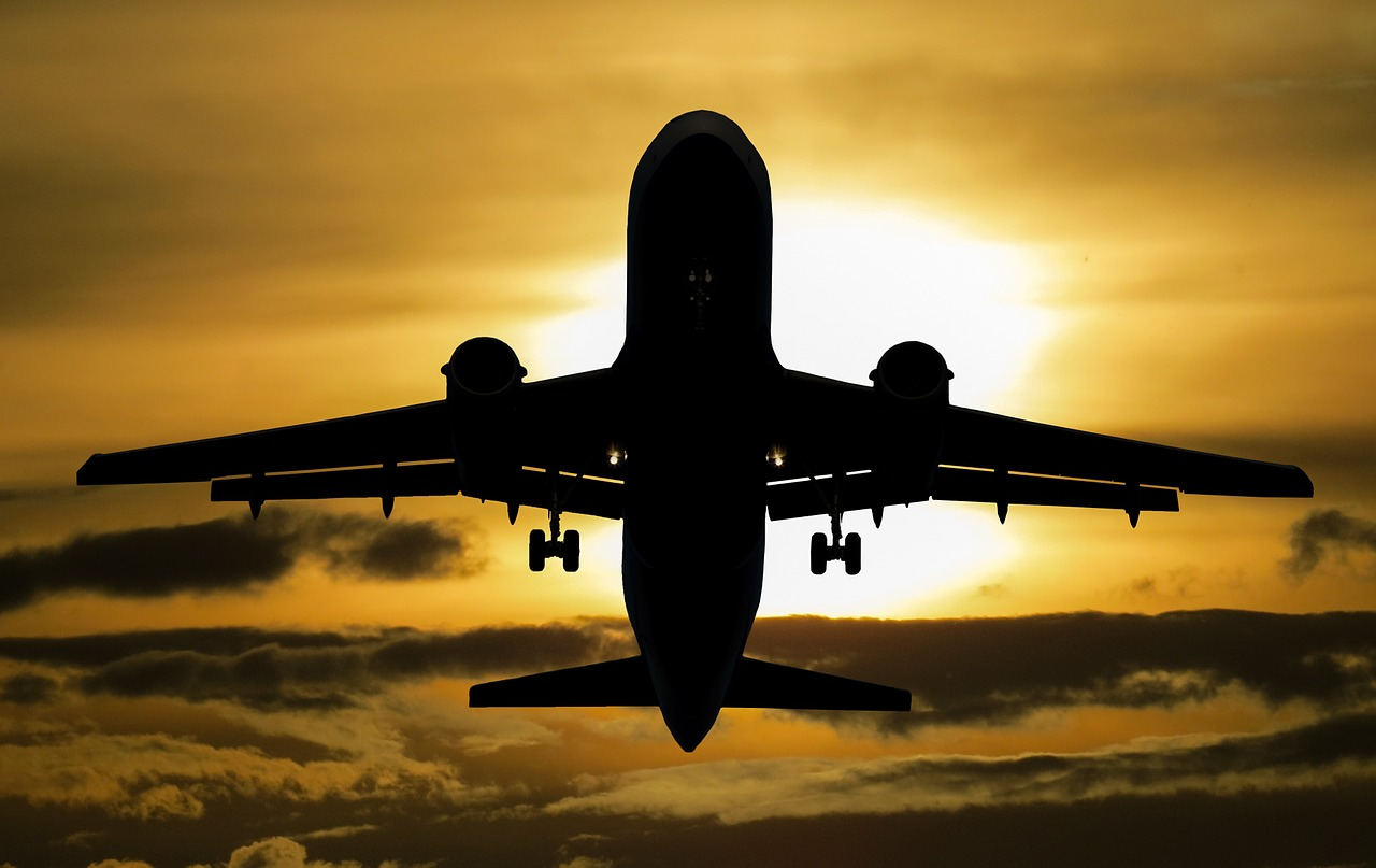 flugzeug vor sonne