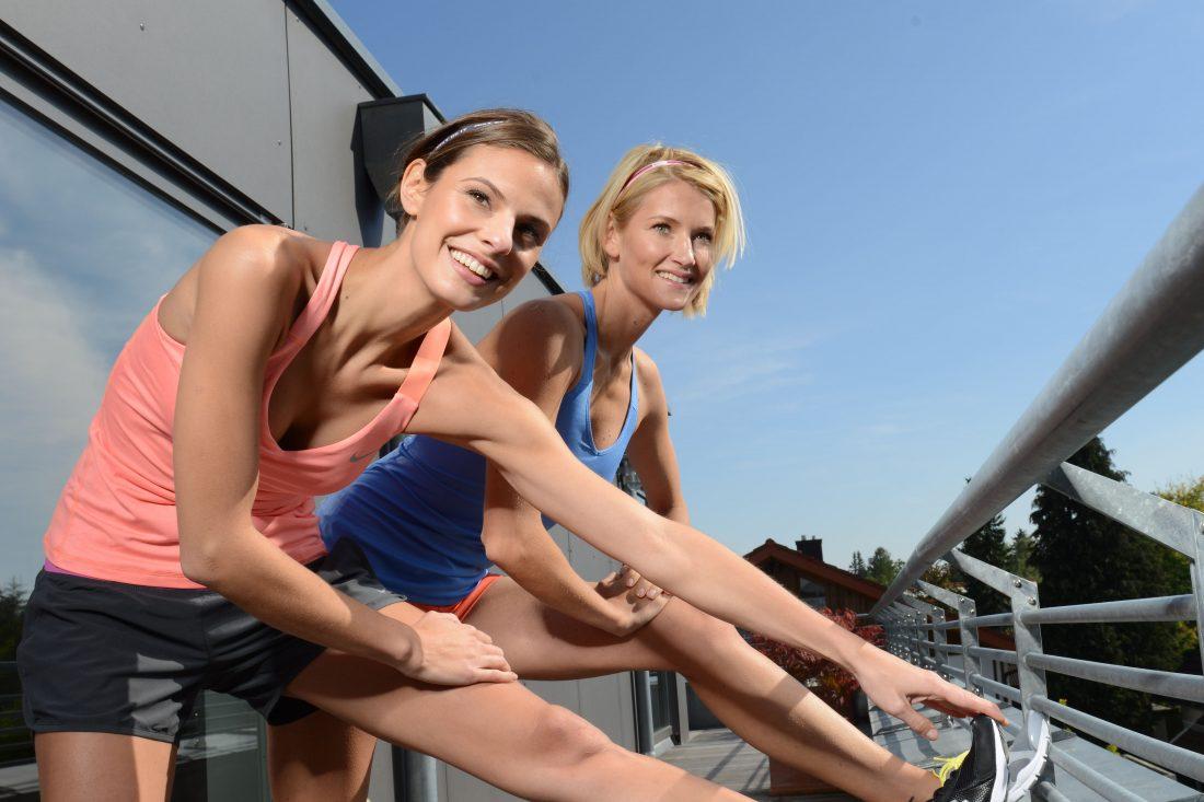 frauen machen fitnessuebungen