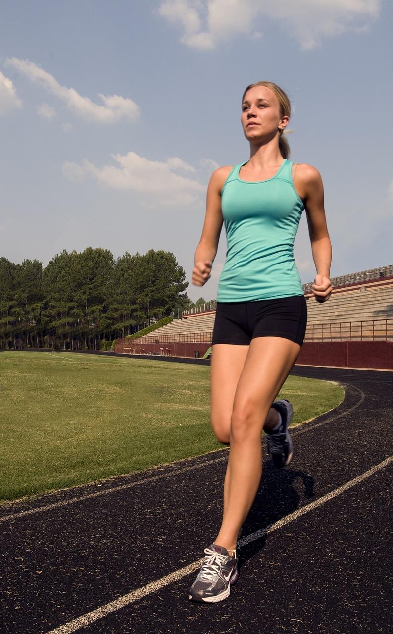 junge frau joggt
