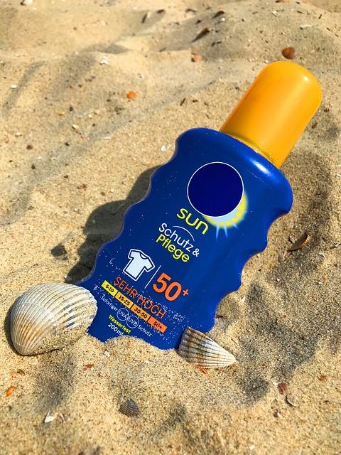 sonnencreme im sand mit muscheln