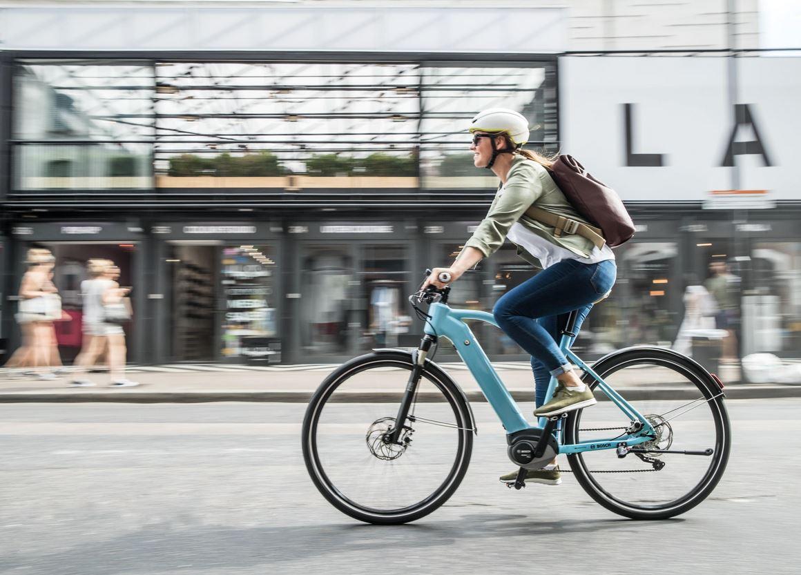 Frau,Fahrrad,Helm,Stadt