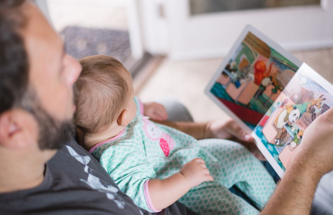 Väter reduzieren ihre Arbeitszeit für die Kinderbetreuung