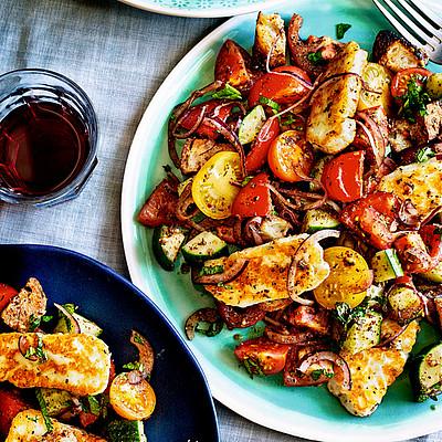 Pikanter Halloumi-Salat mit Tomaten und Croutons